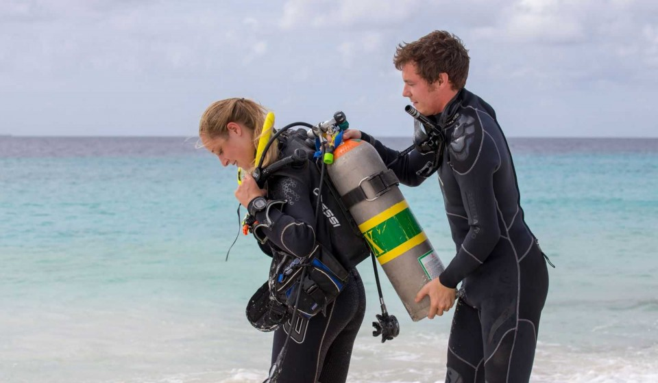 How do you become a PADI Divemaster?